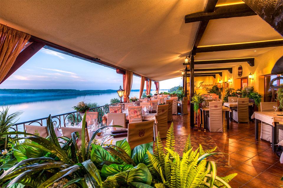 restoran na obali dunava uz reku